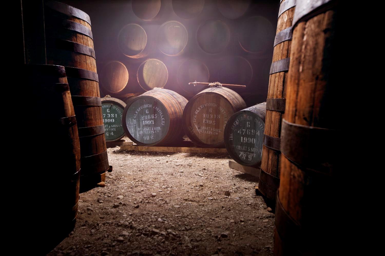 相片: 格兰菲迪威士忌:在苏格兰以独特的铜蒸馏器酿制,陈放在仓库里。(2)