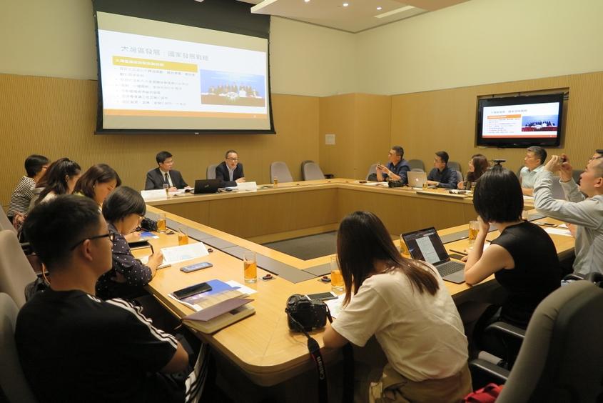 相片: 政制及內地事務局主任(特別職務)向記者簡介大灣區發展